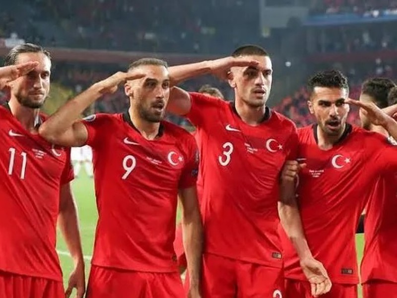 Futbalisti Turecka salutujú