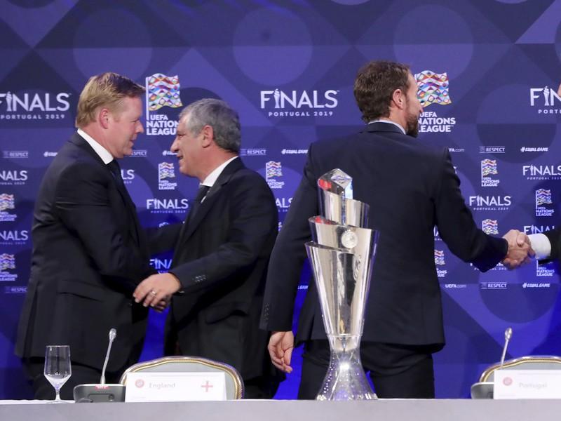 Tréneri futbalových reprezentácií, zľava Holandska Ronald Koeman, Portugalska Fernando Santos, Anglicka Gareth Southgate a Švajčiarska Vladimir Petkovič sa vítajú na tlačovej konferencii po žrebe semifinále záverečného turnaja Ligy národov