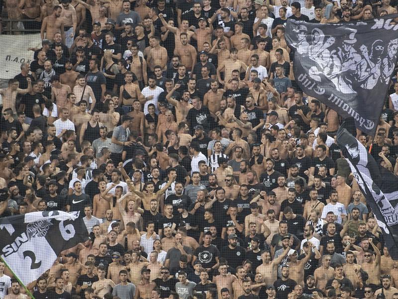 Na snímke fanúšikovia PAOK