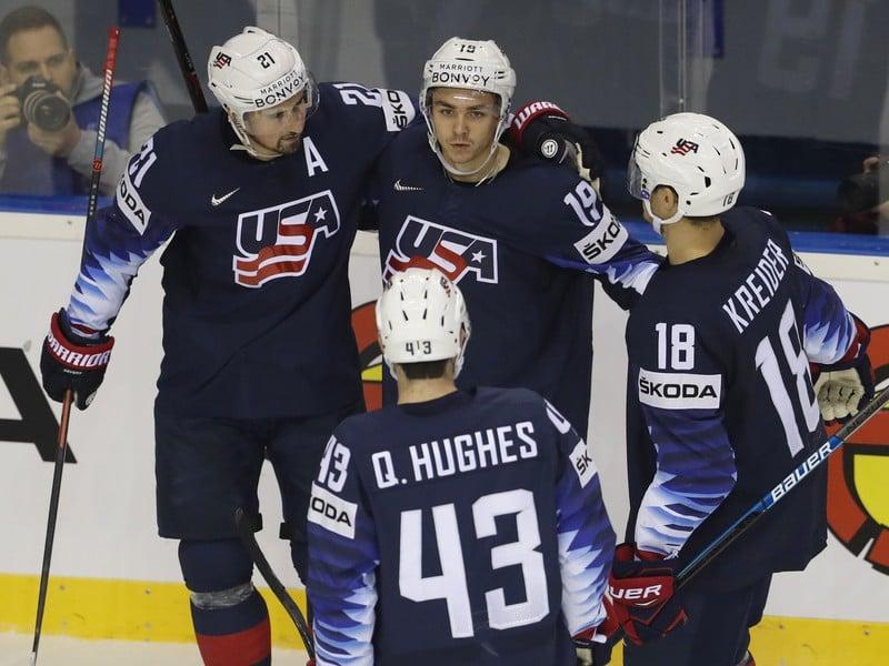 Americký hokejista Clayton Keller sa teší so spoluhráčmi po strelení gólu