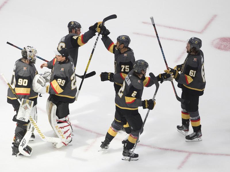 Hráči Vegas Golden Knights oslavujú triumf
