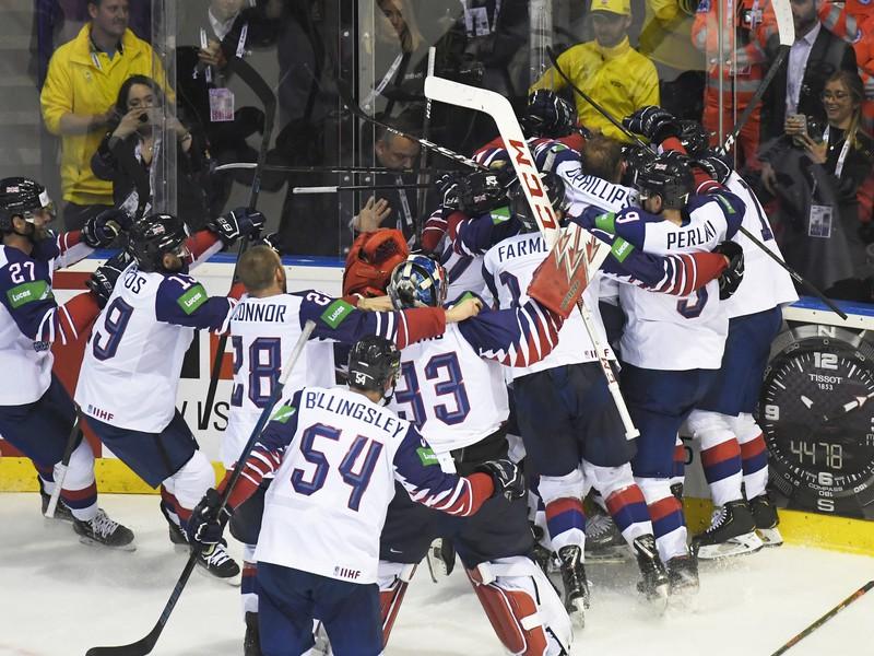 Víťazné oslavy hokejistov Veľkej Británie po famóznom obrate proti Francúzsku