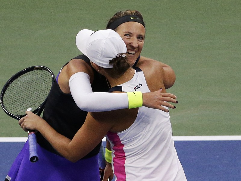 Viktoria Azarenková a Asleigh Bartyová zvíťazili a postúpili do finále