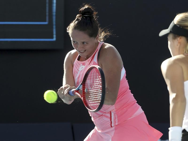 Slovenská tenistka Viktória Kužmová (vľavo) s Ruskou Annou Kalinskou počas finále štvorhry WTA
