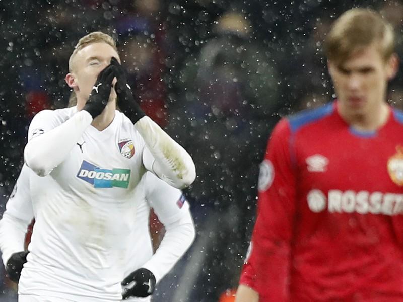 Roman Procházka (vľavo) z Viktorie Plzeň sa teší zo svojho gólu počas zápasu G-skupiny 5. kola skupinovej fázy futbalovej Ligy majstrov CSKA Moskva - Viktoria Plzeň