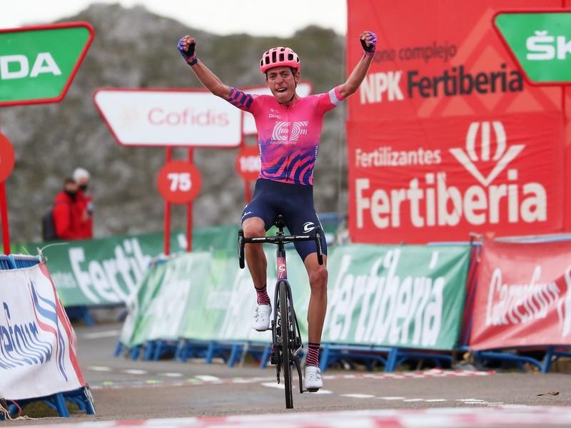 Hugh Carthy oslavuje svoj kariérny triumf v 12. etape Vuelty