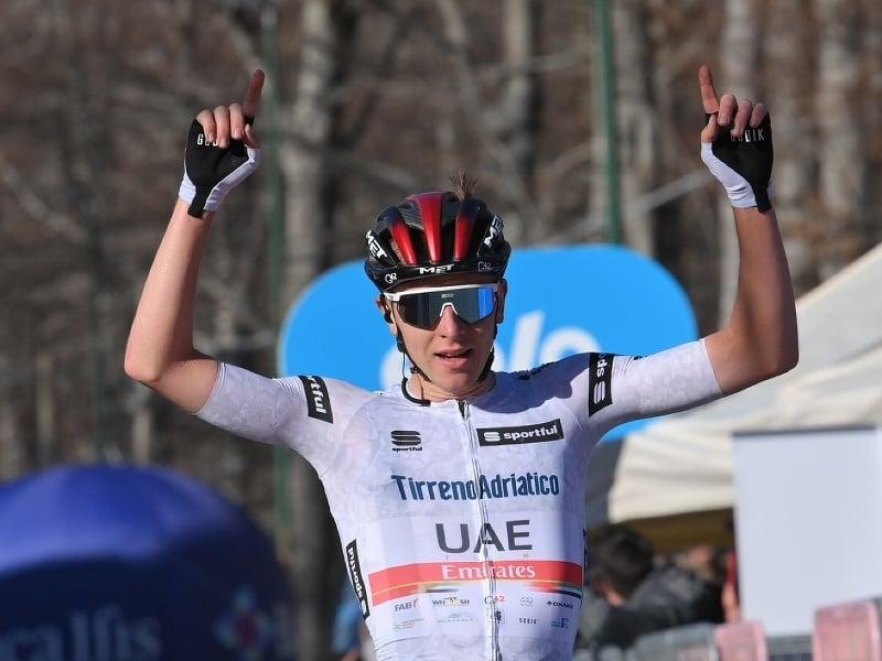 Tadej Pogačar a jeho víťazné oslavy v cieli štvrtej etapy Tirreno - Adriatico