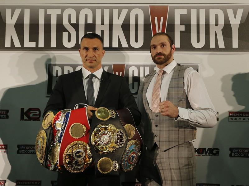 Vladimir Kličko s trofejami a Tyson Fury