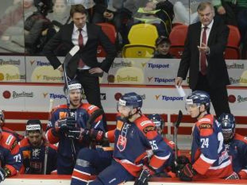 Na snímke trenér slovenskej hokejovej reprezentácie Vladimír Vůjtek (hore vpravo) a jeho asistent Vladimír Országh (hore vľavo) počas druhého zápasu záverečnej prípravy na majstrovstvá sveta v rámci série Euro Hockey Challenge medzi Českom a Slovenskom