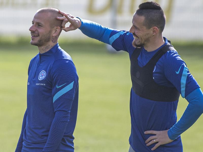 Na snímke slovenskí futbaloví reprezentanti vľavo Vladimír Weiss ml. a vpravo Marek Hamšík počas tréningui na hernom sústredení v rakúskom Windischgarstene