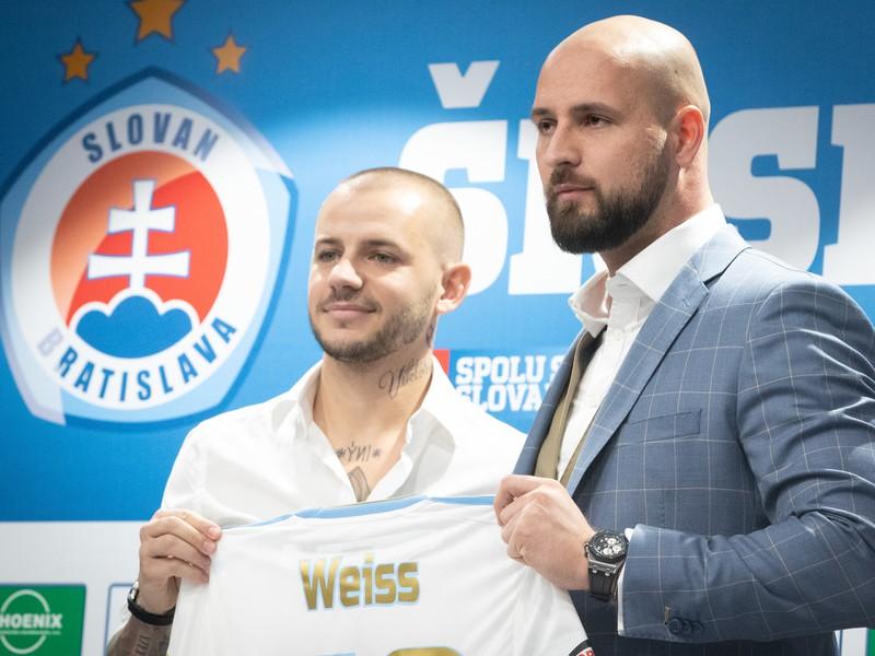 Nová posila klubu Vladimír Weiss ml. a viceprezident klubu Ivan Kmotrík ml. počas tlačovej konferencie klubu ŠK Slovan Bratislava