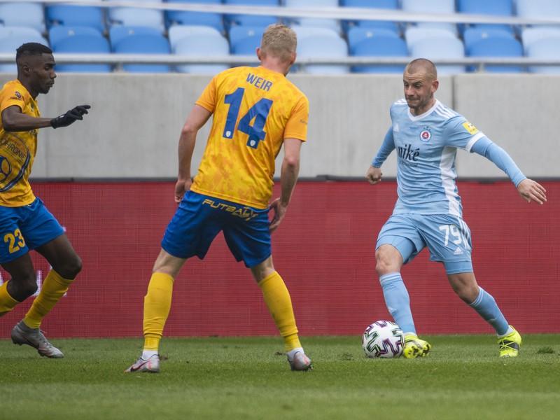 Alieu Fadera, James Weir (obaja Pohronie) a Vladimír Weiss ml. (Slovan)