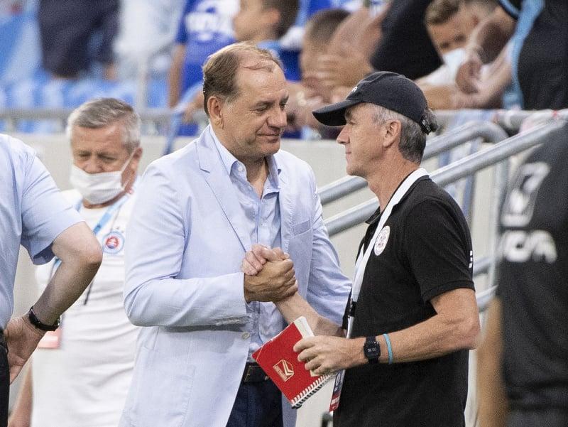 Vľavo tréner Slovana Vladimír Weiss st. a vpravo tréner Lincoln Red Imps Raúl Castillo Pérez