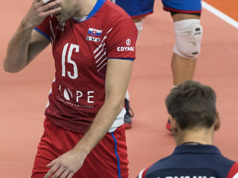 Na snímke Slováci hore Juraj Zaťko a tréner Andrej Kravárik (chrbtom) po prehre