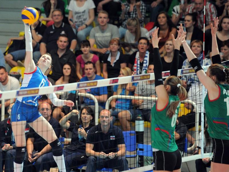 Dominika Drobnáková zo Slovenska (vľavo) počas odvetného zápasu barážovej III. fázy kvalifikácie o postup na majstrovstvá Európy žien