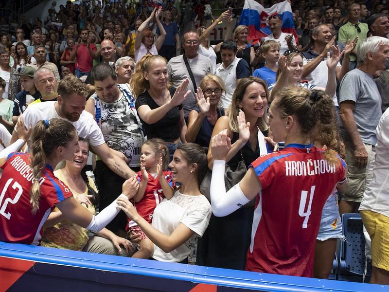 Na snímke vľavo Nikola Radosová a vľavo Veronika Hrončeková sa lúčia s divákmi