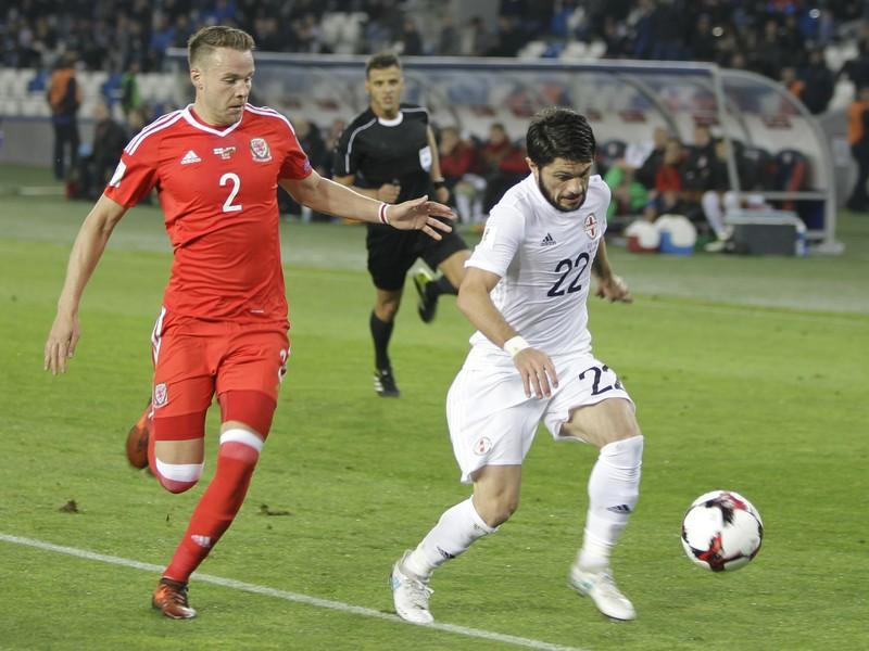Chris Gunter (červenom) a Giorgi Navalovski v súboji