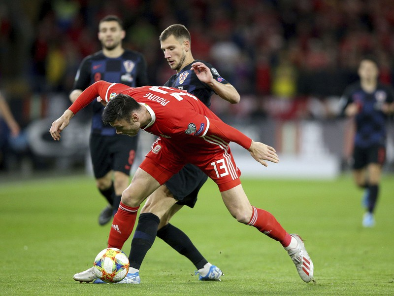 Kieffer Moore (v červenom) bojuje o loptu