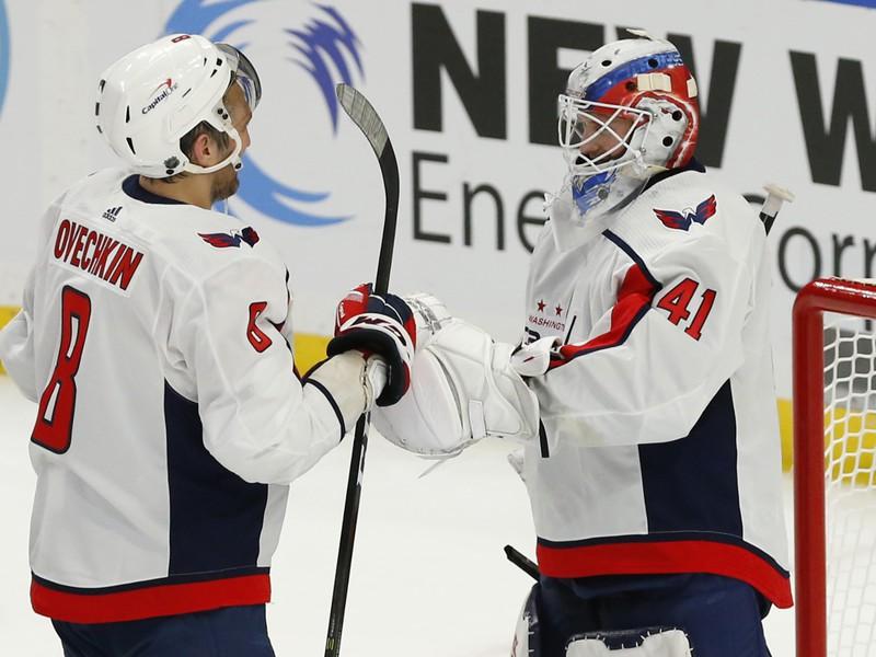 Brankár Washingtonu Vítek Vaněček oslavuje svoje prvé víťazstvo v NHL s Alexandrom Ovečkinom