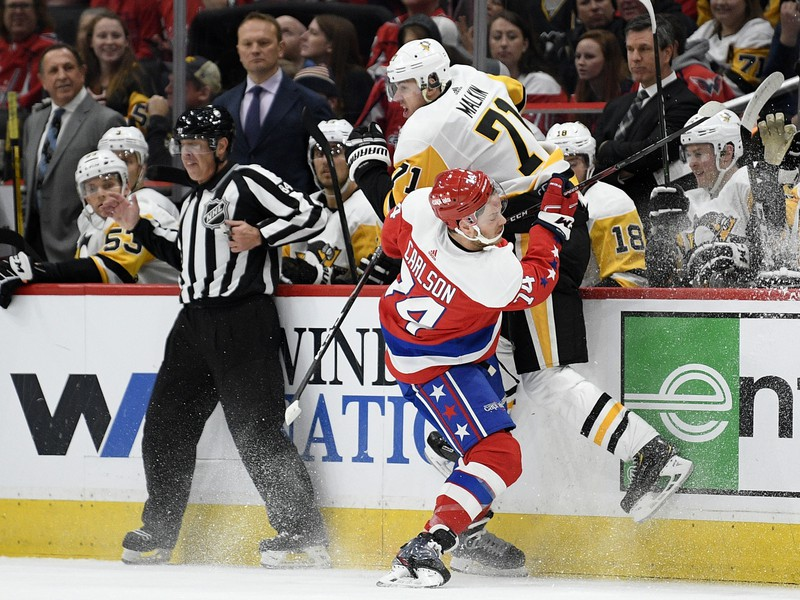 NHL bolí. John Carlson vs. Jevgenij Malkin