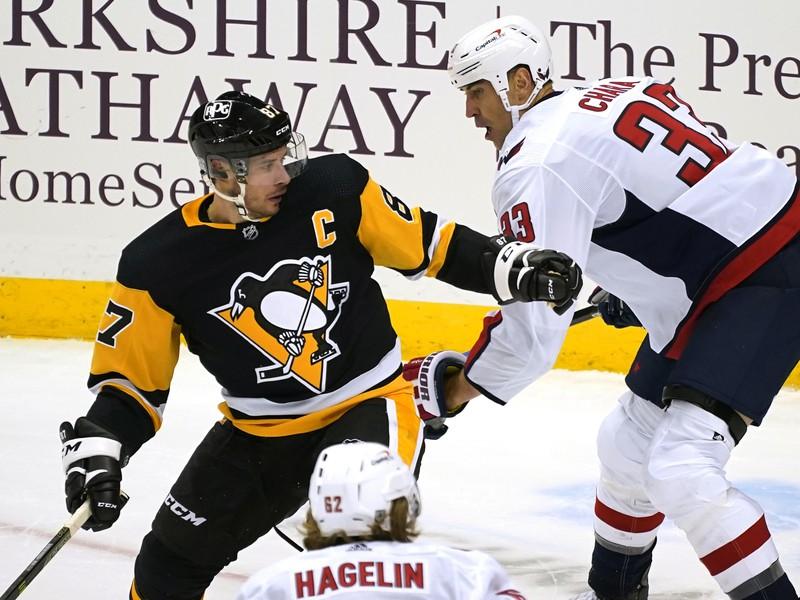 Sidney Crosby v súboji so Zdenom Chárom
