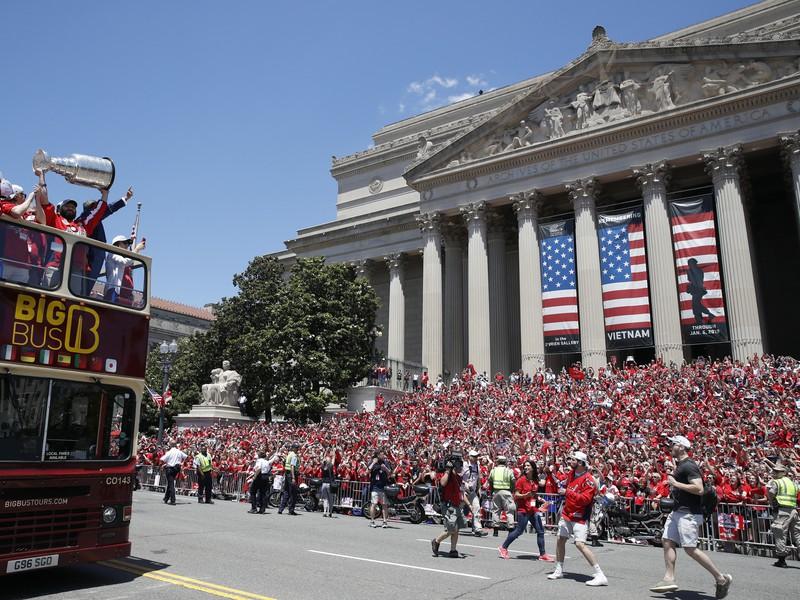 Hráči Washingtonu Capitals zobrali trofej do ulíc