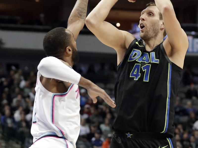 Hráč Miami Heat Wayne Ellington (vľavo) bráni Dirka Nowitzkého z Dallasu Mavericks