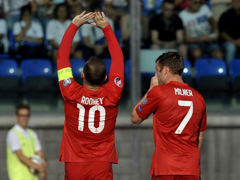 Wayne Rooney (vľavo) oslavuje svoj gól proti San Marinu