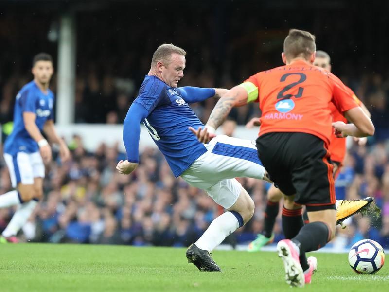 Wayne Rooney proti hráčom MFK Ružomberok
