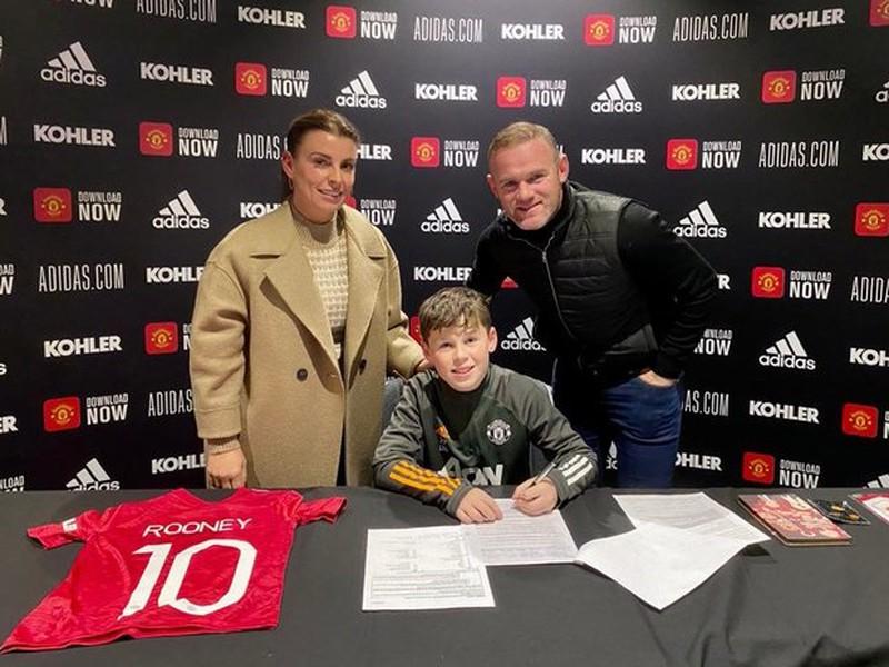 Rooneyho syn Kai sa upísal Manchestru United