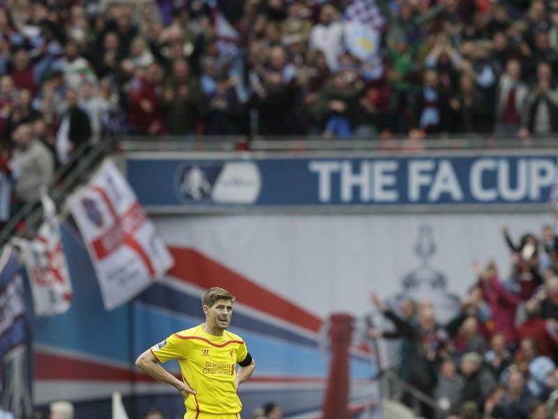 Sklamaný kapitán Steven Gerrard po semifinálovej prehre Liverpoolu