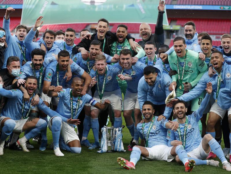 Futbalisti Manchestru City s víťaznou pohárovou trofejou
