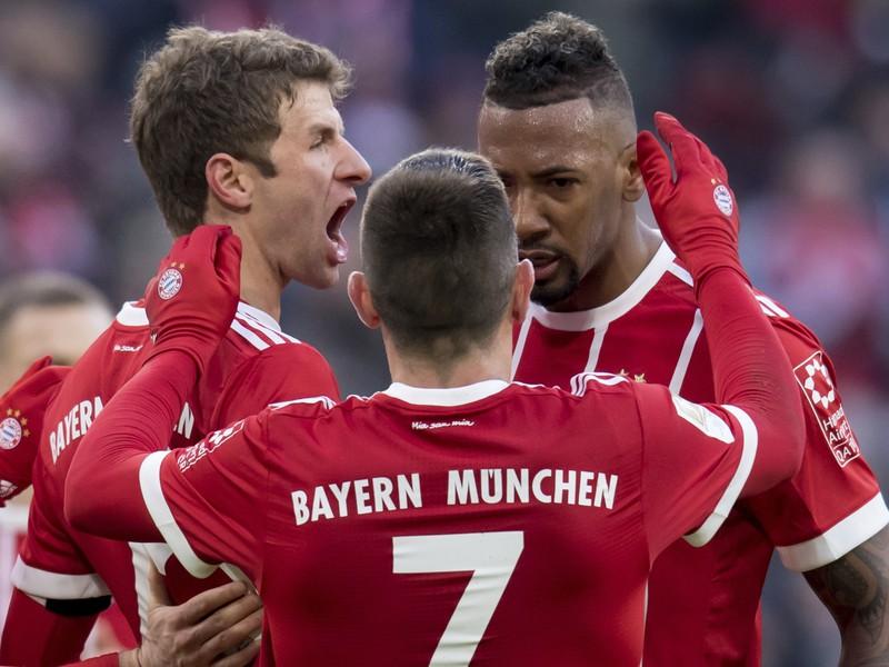 Thomas Müller, Franck Ribéry a Jerome Boateng oslavujú gól Bayernu
