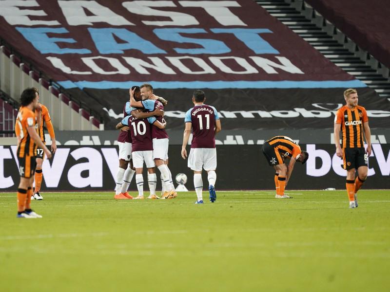 Hráči West Hamu oslavujú gól