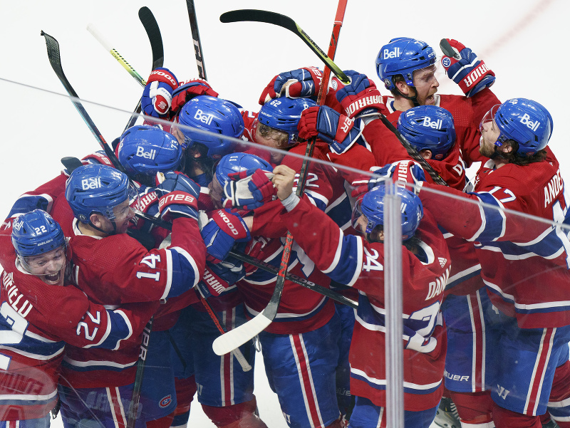 Hráči Montrealu Canadiens oslavujú postup do semifinále play off