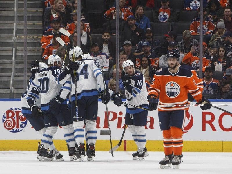 Hráči Winnipegu v objatí po góle