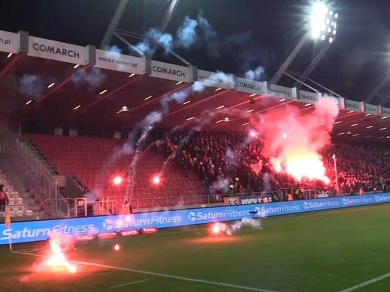 Výtržnosti a zakázaná pyrotechnika na derby v Krakove