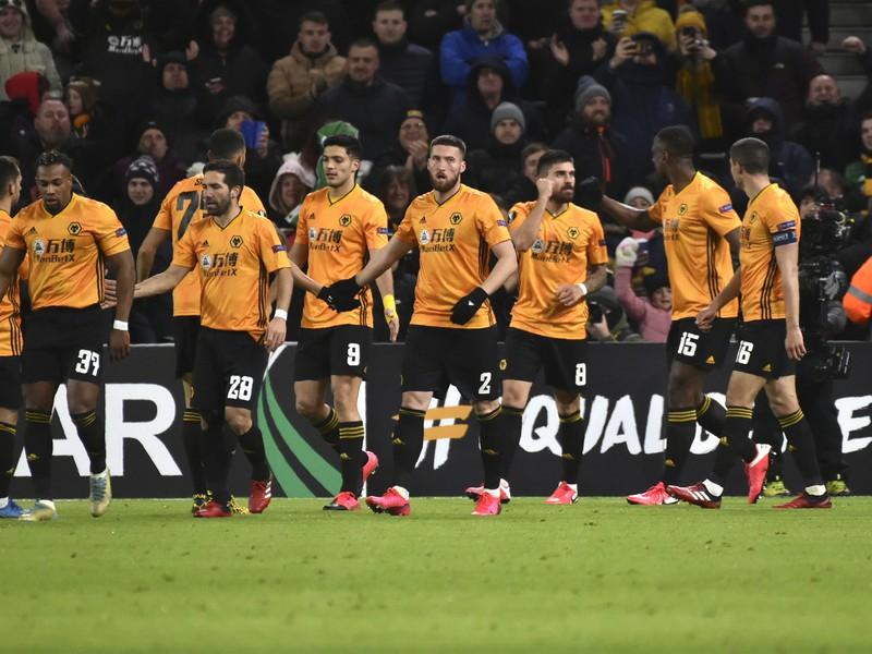 Rúben Neves oslavuje so spoluhráčmi strelený gól