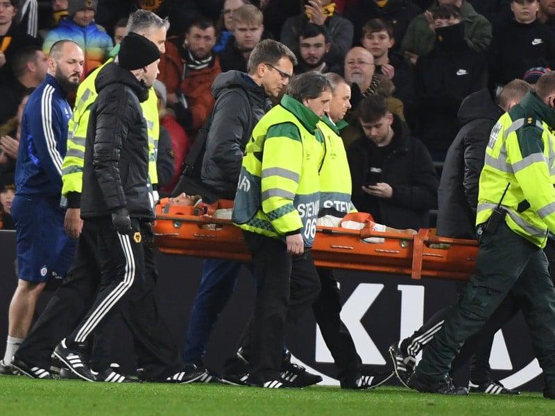Zdravotníci odnášajú zraneného hráča Slovana Kenana Barjiča v zápase Európskej ligy