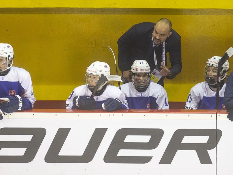 Na snímke hore tréner ženskej hokejovej reprezentácie do 18 rokov Peter Kúdelka