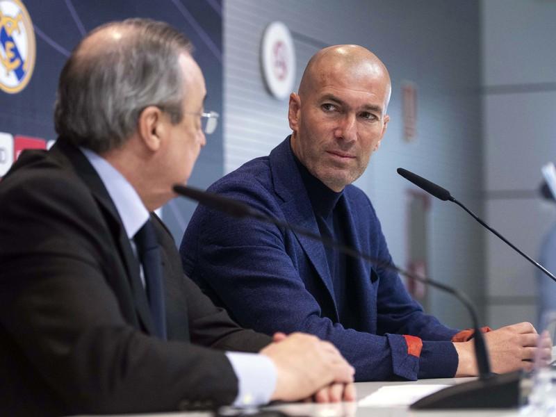 Zinedine Zidane (vpravo) a prezident Realu Madrid Florentino Pérez (vľavo) sa pozerajú na seba na tlačovej konferencii v Madride