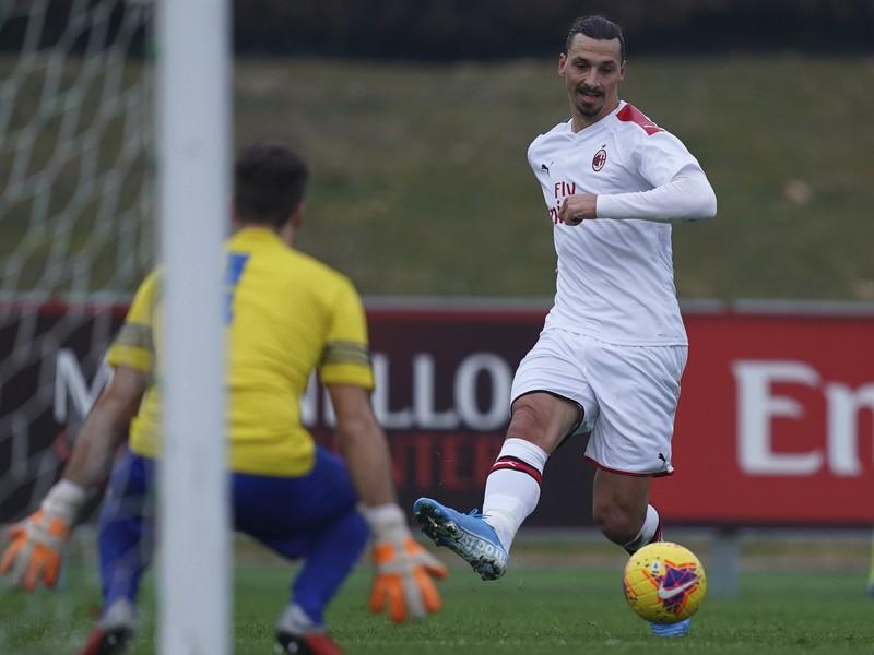 Na snímke švédsky útočník v službách talianskeho mužstva AC Miláno Zlatan Ibrahimovič v priateľskom zápase s tímom Rhodense v Carnagu