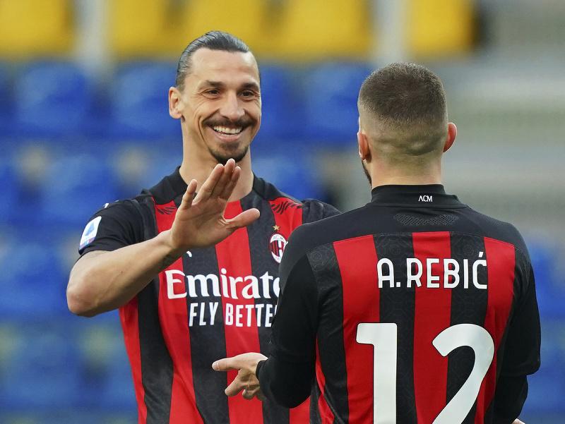 Zlatan Ibrahimovič a Ante Rebič oslavujú gól