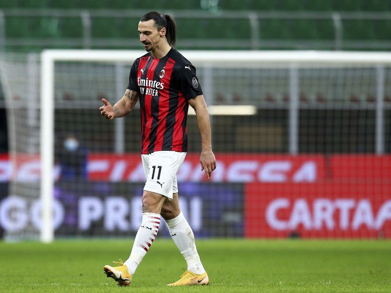 Zlatan Ibrahimovič opúšťa ihrisko po červenej karte
