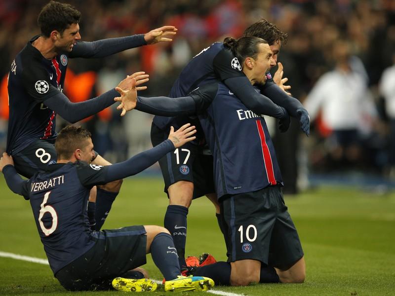 Zlatan Ibrahimovič oslavuje so spoluhráčmi úvodný gól duelu