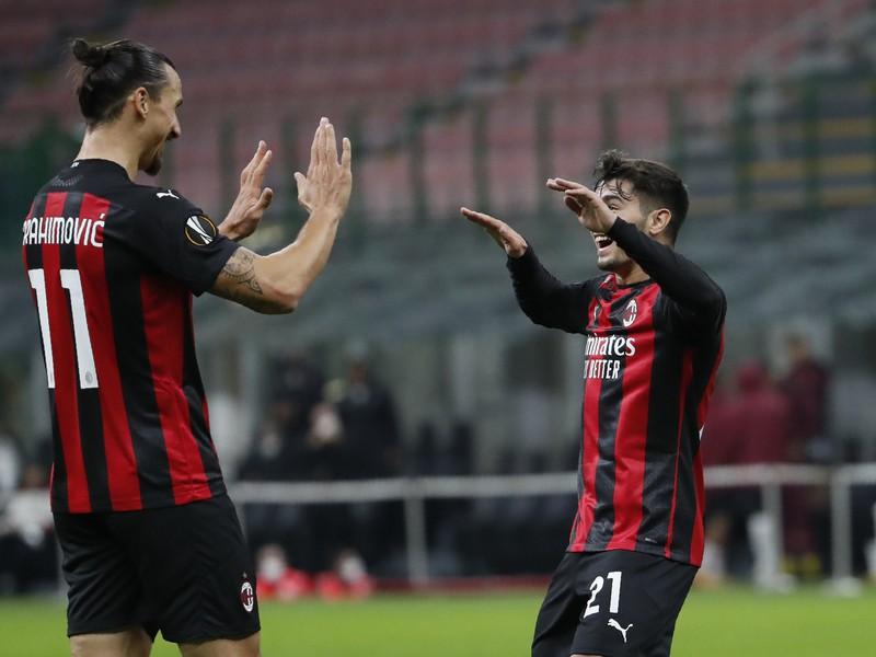 Zlatan Ibrahimovič a Brahim Diaz oslavujú gól milánskeho AC