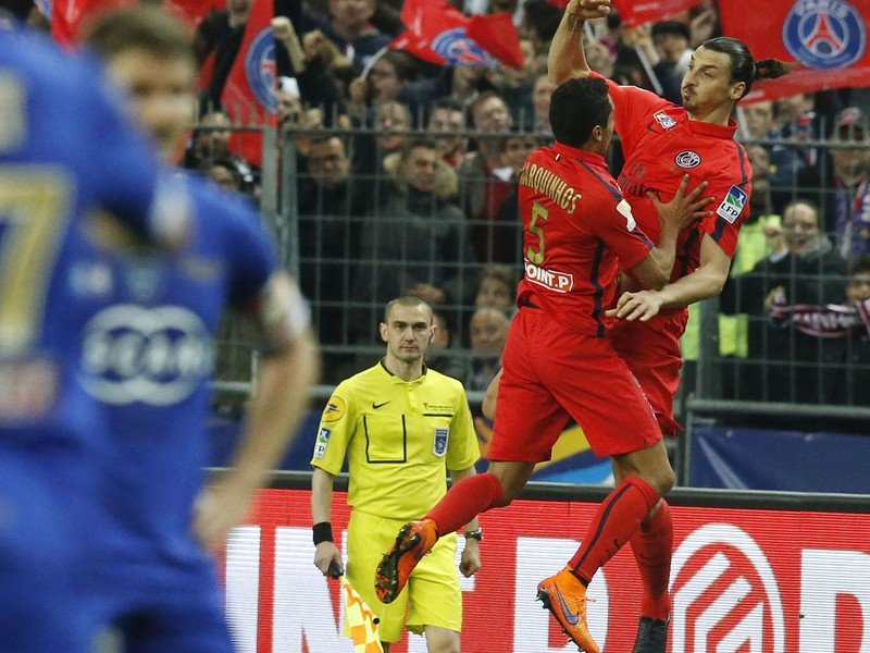 Zlatan Ibrahimovič a Marquinhos oslavujú gól PSG