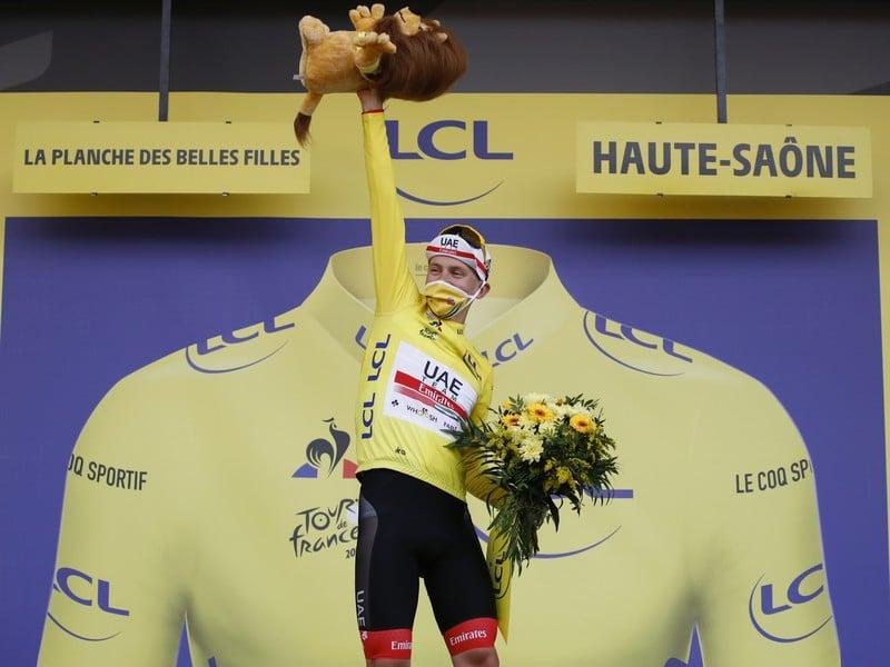 Tadej Pogačar sa po senzačnom výkone v časovke raduje z celkového triumfu na Tour de France