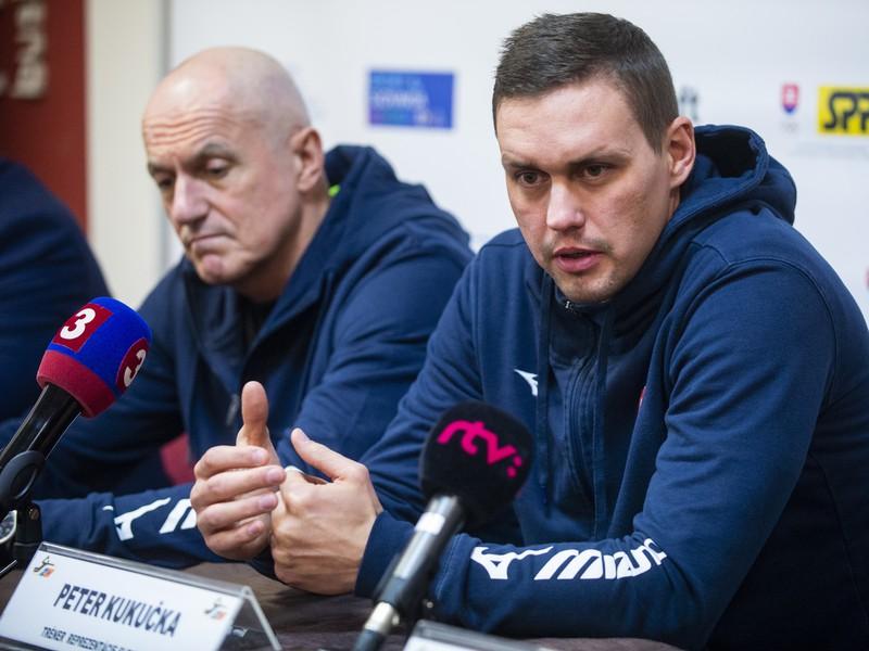 Na snímke sprava tréner slovenskej mužskej hádzanárskej reprezentácie Peter Kukučka a manažér mužskej reprezentácie Zoltán Heister