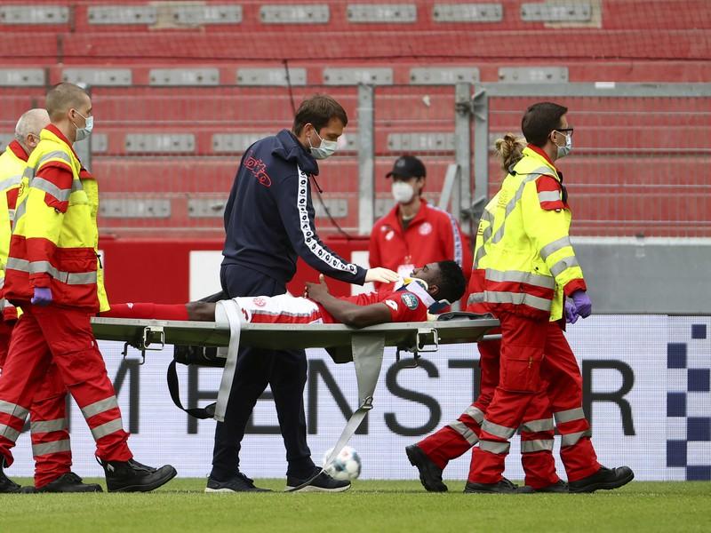 Awoniyi z Mainzu utrpel vážne zranenie hlavy a musel do nemocnice
